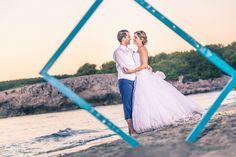 Jeunes mariés en bord de mer entourée par un cadre photo Technique Photo, Photo Couple, Marie, Wedding Couple Pictures, Newlyweds, Cadre Photo