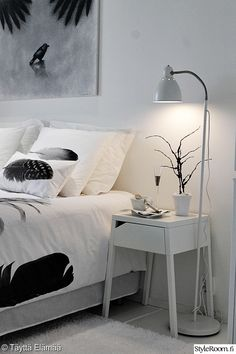 makuuhuone,valkoinen,lakanat,koriste-esineet,sisustustyynyt