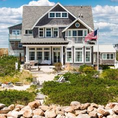 Double Tap if you would live in this Nantucket dream home ⚓️ Tag a friend that needs to visit here ⛵️
