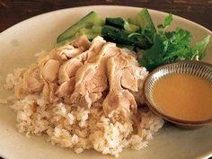 高山 なおみ さんの蒸し鶏を使った「蒸し鶏のエスニックライス」。蒸し汁を使って、うまみのきいたご飯に。いっしょに炊いたしょうがの香りもさわやかです。青じそやたたききゅうりなどと一緒に楽しんで。 NHK「きょうの料理」で放送された料理レシピや献立が満載。