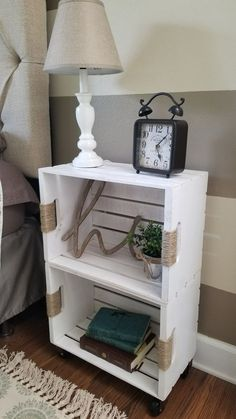 DIY Crate Shelf on Casters Wood Crate Table, Wood Crate Shelves, Crate Side Table, Diy Home Furniture, Furniture Projects, Home Projects, Diy Home Decor, Casas Tumblr, Crate Nightstand