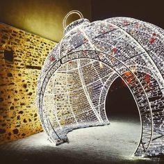 Magique ! #NoëlCraon L'énorme boule de #Noël en bas des halles de #Craon en #sudmayenne#Mayenne #xmas #slowlydays
