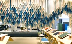 Elementos colgando desde el techo, que decoran el espacio y crean un mosaico