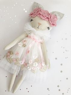 Holly is a special edition doll from the Bunny Love Collection. The dolls in this collection are beautifully made with love and detail.Large bunnies are now live 😍 ✨ . Handmade Shop, Handmade Toys, Sewing Crafts, Sewing Projects, Fabric Toys, Creation Couture, Cat Doll, Sewing Dolls, Soft Dolls