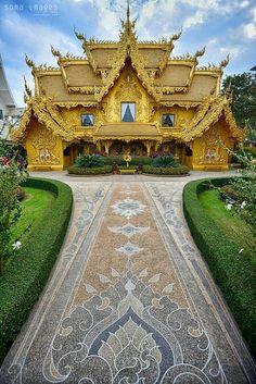 Υπέροχο χρυσοστόλιστο σπίτι, μάλλον κάπου στην Ινδία πρέπει να είναι.