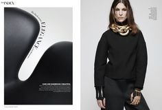 Moda combinada con hermoso mobiliario de #FritzHansen en Harper's Bazaar Interiors. #Swan de #ArneJacobsen.