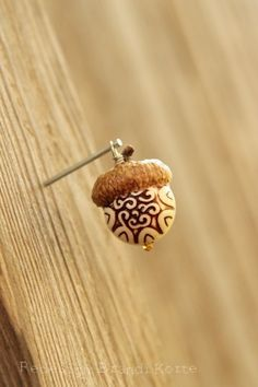 Acorn bead charm, hmmm wood burning idea for actual avorn nut? Wood Burning Crafts, Wood Burning Patterns, Wood Burning Art, Nature Crafts, Fall Crafts, Arts And Crafts, Acorn Crafts, Wood Crafts, Diy Wood
