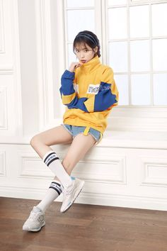 IU selected as the new muse for global brand 'New Balance' Iu Fashion, Fashion Poses, Korean Fashion, Vogue Fashion, Female Pose Reference, Pose Reference Photo, J Pop, People Poses, Look Girl