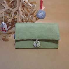 Compagnon porte chéquier, cartes, monnaie. en suédine vert amande et coton liberty grosses fleurs sur fond gris