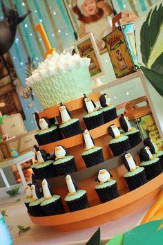 fiestas infantiles con pastel y cupcakes de tema Madagascar