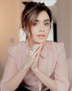 "10.4 mil Me gusta, 128 comentarios - Lily Collins (@lilyjcollins) en Instagram: ""Think pink. I'm sorry I can't be there at the #womensmarch today, but I stand with @wmnsmarchla's…"""