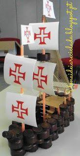 Uma Ideia Reciclada: Caravela feita de tampinhas                                                                                                                                                                                 Mais Crafts For Kids, Diy, Cool Stuff, Party, Design, Model Ships, Felt Letters, Christmas Wreaths, Boy Scouting