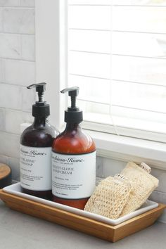 Lots of great tips to organize your cleaning supplies for quick and easy cleaning! Use a soap dish to hold kitchen sponges for a pretty and functional look. Kitchen Sink Decor, Kitchen Sink Organization, Sink Organizer, Kitchen Styling, Kitchen Counters, Kitchen Tray, Decorating Kitchen, Limpieza Natural, Deco Nature