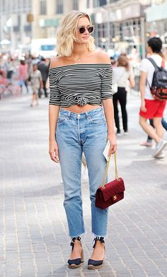 Street style look com blusa listrada nó e calça jeans.