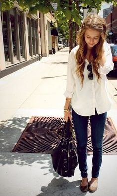jeggings, long loose white blouse, flats, bag, sunglasses
