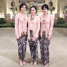 Kebaya kutu baru sepertinya akan selalu menjadi favorit! Oh ya, jangan lupa untuk menyematkan bros pada dada seperti yang digunakan oleh @indatasha dan teman-temannya ini. Kebaya Kutu Baru Modern, Kebaya Modern Hijab, Kebaya Hijab, Kebaya Brokat, Batik Kebaya, Kebaya Dress, Kebaya Muslim, Kebaya Pink, Blouse Batik