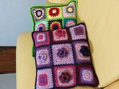 Capa de almofada feita em squares ou quadrados de crochet com flores em lã acrílica. Tamanho 40 X 40 cm. <br>abotoamento traseiro. Não acompanha enchimento interno. <br>Pode ser feita em diversas cores e padronagens de squares. Pode também ser feita em linha de algodão. <br>É uma peça bem jovial e fashion que vai alegrar qualquer cantinho de seu lar. Crochet Cushion Cover, Crochet Cushions, Blanket, Crochet Pillow Covers, Crocheted Afghans, Colors, Crochet Pillow, Blankets, Cover
