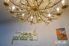 Las Tres Sillas en el 15º intercambio De Armario a Armario en Valencia Valencia, Chandelier, Ceiling Lights, Lighting, Home Decor, Clothing Swap, Vintage Furniture, Chairs, Candelabra