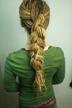 Site for some awesome long dreadlock styling .. in German, but step-by-step pics do the trick! makes me want dreads