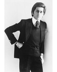 Valentino, em 1974. Conheça a história da casa, aqui: http://www.vogue.xl.pt/moda/especiais/4031-livro-de-história-valentino-garavani.html#