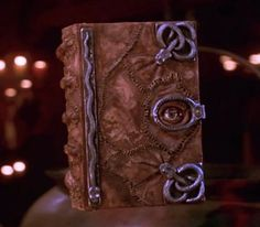 The Magic Book of Spells from Disney's movie Hocus Pocus. A must-see for Halloween. Hocus Pocus 1993, Hocus Pocus Movie, Hocus Pocus Spell Book, Hocus Pocus Cast, Halloween Movies, Halloween Pictures, Holidays Halloween, Halloween Crafts, Halloween