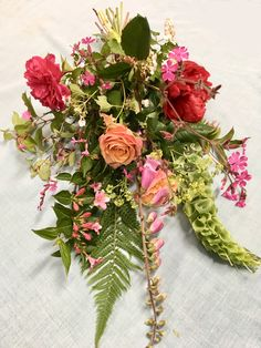 Soms is een mooi klein liggend boeket precies goed. Bloemen uit de tuin even dit boeket die extra natuurlijke uitstraling Funeral, Floral Wreath, Wreaths, Home Decor, Floral Crown, Decoration Home, Door Wreaths, Room Decor, Deco Mesh Wreaths