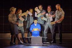 Het bekroonde toneelstuk 'The Curious Incident of the Dog in the Night-Time' zal van20 september tot 1 oktober 2017 te zien zijn in het Koninklijk Theater Carré. Het is een van de bekende toneelstukken uit New York en Londen die worden opgevoerd in Nederland naar aanleiding van de reeks 'Broadway naar Amstel'.