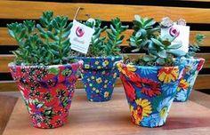 Com esse mesmo titulo fiz um álbum na fan page do Facebook, sobre objetos artesanais feitos com chita. Foi um sucesso com mais de 100 mil curtidas Passado alguns meses, as pessoas continuam curtind… Painted Plant Pots, Painted Flower Pots, Fun Crafts, Diy And Crafts, Felt Doll Patterns, Diy Garden Furniture, How To Make Diy, Diy Planters, Soft Dolls