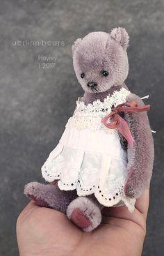 Hayley est construite dans un mohair de couleur mauve et des tampons ultra Suède. Elle est vendue comme indiqué dans ses photos avec un coussin cousu accidentellement au verso donc la couleur est le même ton juste un peu plus sombre. Entièrement articulée, avec des yeux de verre et un nez verni ciré cousu.  Debout environ 6 1/4, 16 cm de haut.  Je lui ai fait une robe en coton de la manche d'une chemise de nuit vintage. Remplis en fibres poly et un peu écrasé grenat pour peser.  Cet ours a…