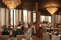 Vidros e espelhos na decoração | Neste restaurante, a estrutura é metálica e a parede de vidro
