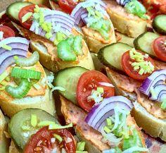 Chlapi sobě, obložené mini chlebíčky s pikantní pomazánkou a zeleninou. Jemně pálivá pikantní chuť chlebíčků spolu s ostatními surovinami je velmi vhodná pro povzbuzení chuti v jakémkoliv směru. Doporučujeme zvláště při popíjení nápojů jenž jsou mléku na hony vzdáleny. www.cukrovi-kncovi.cz Fresh Rolls, Ethnic Recipes, Food, Essen, Meals, Yemek, Eten