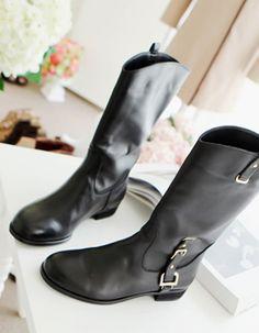 Today's Hot Pick :潮流款多代扣平底高筒靴 http://fashionstylep.com/SFSELFAA0007414/cherryspooncn/out 潮流款多代扣平底高筒靴,风度与温度兼备的佳品哦!~经典色系,有着复古的高贵优雅,更显气质~撞色闪亮带扣装饰,添加现代潮流质感,时尚范十足~不规则鞋口,弧度曲线更显浪漫~搭配打底裤or热裤,简直美爆了!~ -长靴 -带扣 -不规则鞋口