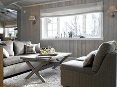 Fargepaletten har et dust og tidløst uttrykk. Eikegulvet gir varme til rommet. Møblene og flossteppet kommer fra Hemsen interiør. Rullegardinene er sydd av en interiørdesigner.