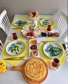 50 Ideas for breakfast plate presentation dinners Breakfast Table Setting, Breakfast Platter, Breakfast For A Crowd, Breakfast Buffet, Breakfast Recipes, Morning Breakfast, Breakfast Presentation, Food Presentation, Iftar