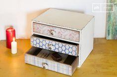 Esta pequeña cómoda vintage tiene tres cajones diferentes, cada uno empapeladas con diferentes patrones de flores que añadirán un toque retro romántico a su interior.