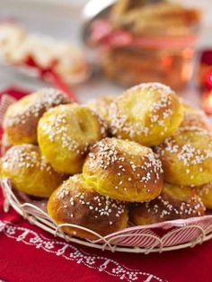 Saffransbullarna med pärlsocker gömmer en god fyllning gjord på vaniljsocker och smör.