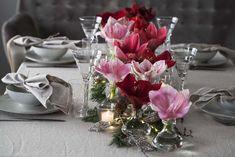 La det bugne på midten av bordet med blomster, lys og julepynt. Planters, Table Decorations, Christmas, Furniture, Home Decor, Angel Wings, Lily, Xmas, Decoration Home