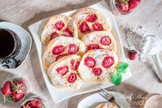 PLACUSZKI KEFIROWE Z TRUSKAWKAMI Pancakes, French Toast, Muffin, Breakfast, Ethnic Recipes, Pierogi, Food, Morning Coffee, Essen