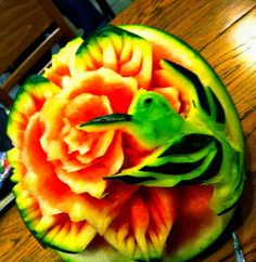 ❀⊱╮Watermelon Carving / Food Art / Fruit Art / food carving / with Carl Jones. Here is a freehand watermelon carving by Carl. Carved in place, nothing added. Watermelon Art, Watermelon Carving, Carved Watermelon, Watermelon Designs, Veggie Art, Fruit And Vegetable Carving, Vegetable Decoration, Amazing Food Art, Food Sculpture