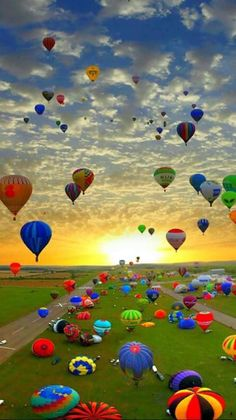 Hot Air Balloon Festival in Chambley, France. It is the largest hot air balloon festival in the world. Pretty Pictures, Cool Photos, Air Balloon Festival, Deco Nature, Air Ballon, Air Balloon Rides, Hot Air Balloons, Balloon Clouds, Foil Balloons