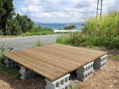 予算3万円でも見栄えよし。DIYウッドデッキのシンプルな作り方   くらのら Outdoor Tables, Outdoor Decor, Picnic Table, Deck, Outdoor Furniture, Wood, Interior, Green, House