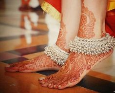Put your best foot forward pick your Indian bridal anklet from stunning bridal payal designs for your big day from our editors pick of bridal jewellery Silver Anklets Designs, Anklet Designs, Mehndi Designs, Payal Designs Silver, Silver Payal, Fashion Models, Fashion Glamour, Fashion Outfits, Ankle Jewelry