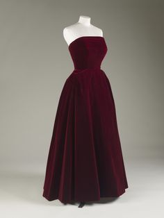 Thanks zinderlon for this post.Velvet Evening Dress, Hardy Amies, late Worn by HM Queen Elizabeth II.Velvet Evening Dress, Hardy Amies, late Worn by HM Queen Elizabeth II. © Royal Collection Trust/All Rights Reserved. Hardy Amies, Elizabeth Ii, Vintage Gowns, Vintage Outfits, Vintage Clothing, Beautiful Gowns, Beautiful Outfits, 1940s Fashion, Vintage Fashion