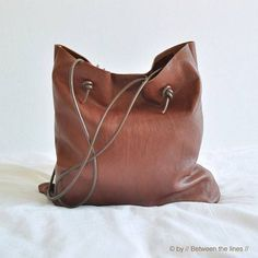 This simple leather bag is the perfect beginner project. Working with leather is easier than you think and for this project no special skills or tools are
