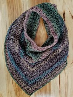 Jasmine Scarf - Highland Hickory Designs - Free Crochet Pattern Crochet the beautiful Jasmine Scarf with this free pattern! Using only easy stitches. Is a cross between an infinity scarf and a triangle scarf. Poncho Au Crochet, Crochet Cowl Free Pattern, Bonnet Crochet, Crochet Shawls And Wraps, Crochet Beanie, Crochet Scarves, Crochet Clothes, Crochet Hats, Crochet Infinity Scarf Pattern