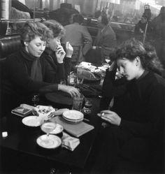 Edith Perret et Eddie de Ré à St Germain des prés  1950 - Robert Doisneau