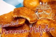 Low-Carb Parmesan-Plätzchen sind ein perfekter Snack für Zwischendurch, wenn du an einem entspannten Abend Lust hast eine herzhafte Kleinigkeit zu naschen.