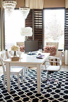 home office space bem espaçoso, com móveis reaproveitados de outros projetos, o chão recebeu tapete em preto e branco para acrescentar um quê de moderno ao ambiente.
