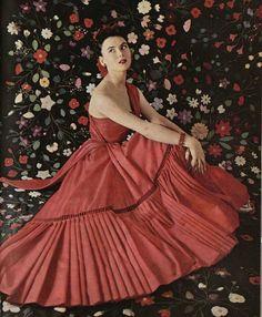 Sylvie Hirsch in Dior's silk surah dress that evokes a gypsy dancer, photo by Philippe Pottier, L'Officiel 1952 Dior Vintage, Couture Vintage, Moda Vintage, Vintage Dresses, Vintage Outfits, Vintage Hats, Fifties Fashion, Retro Fashion, Fashion Fashion