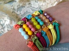 Artículos similares a Faux Suede & Czech Glass Faceted Bead Bracelets - Matte Gold - 7 Color Combos en Etsy